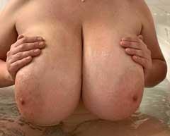 mogen kvinna med stora bröst